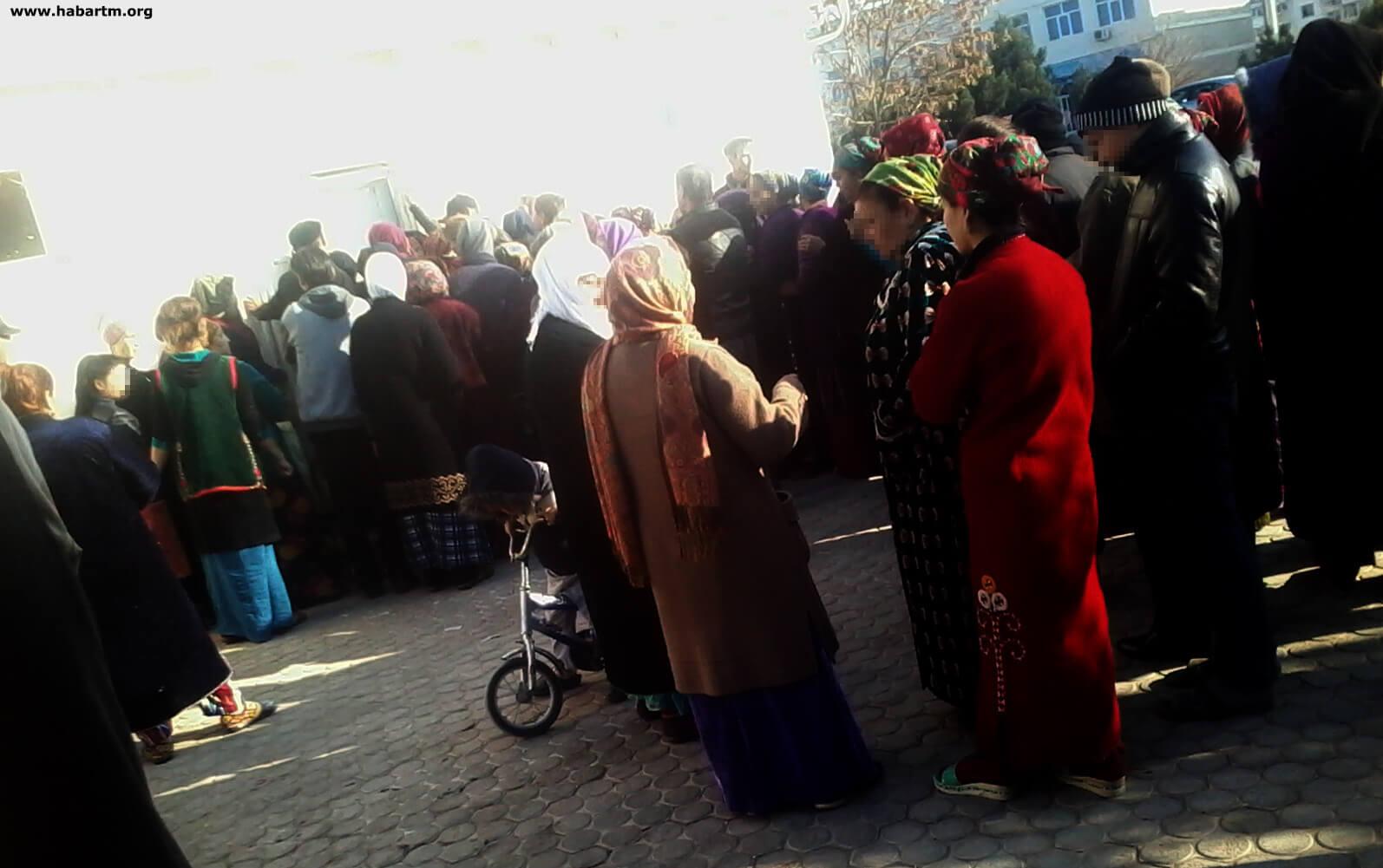 В Туркменабаде растет недовольство в очередях за мукой