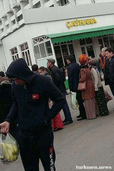 В Ашхабаде перед праздниками насыщают торговые точки недорогими продуктами питания