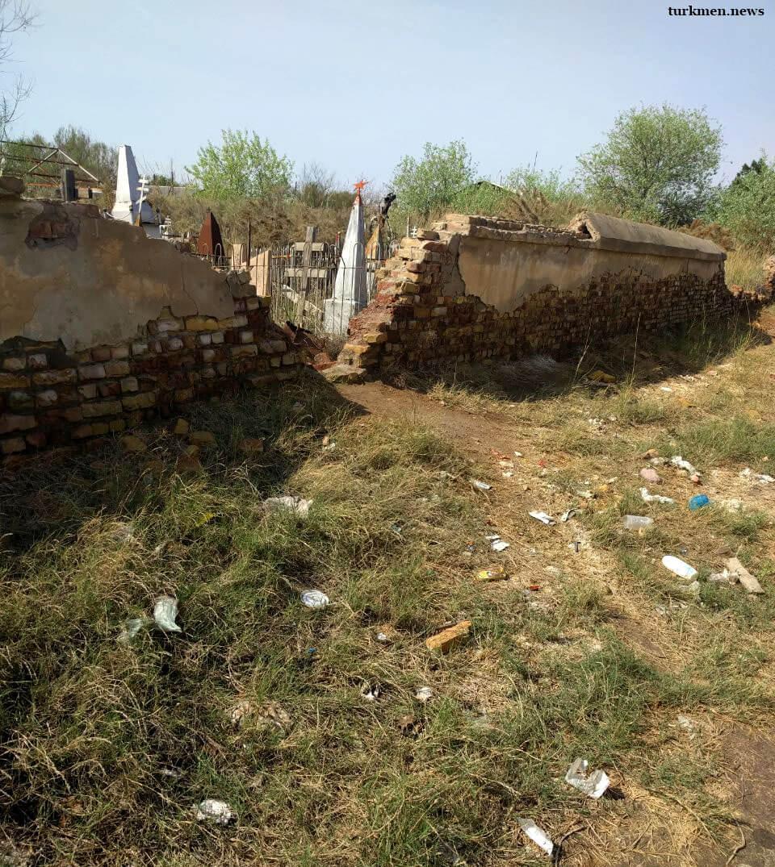 Туркменабад: Накануне Дня Победы жители просят местные власти привести в порядок русское кладбище