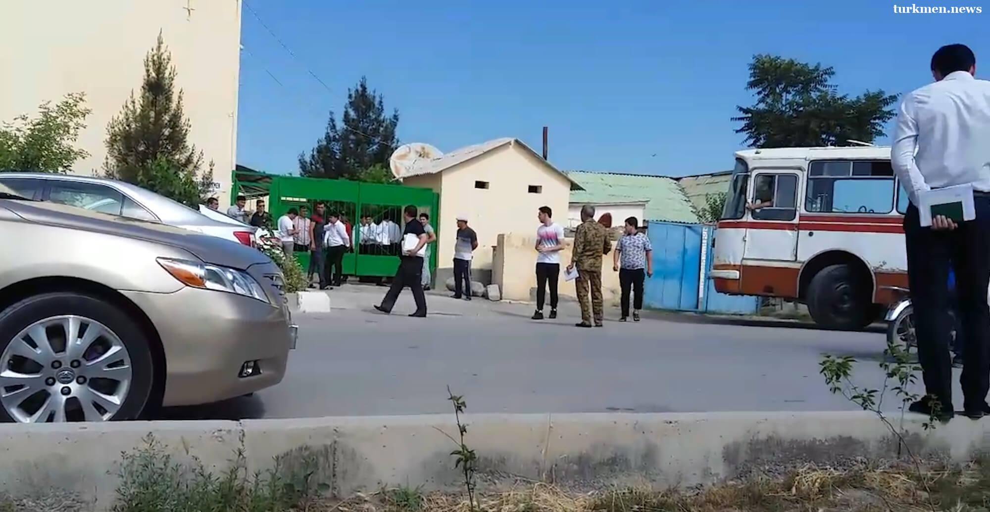 В Туркменистане начали призывать в армию студентов зарубежных вузов