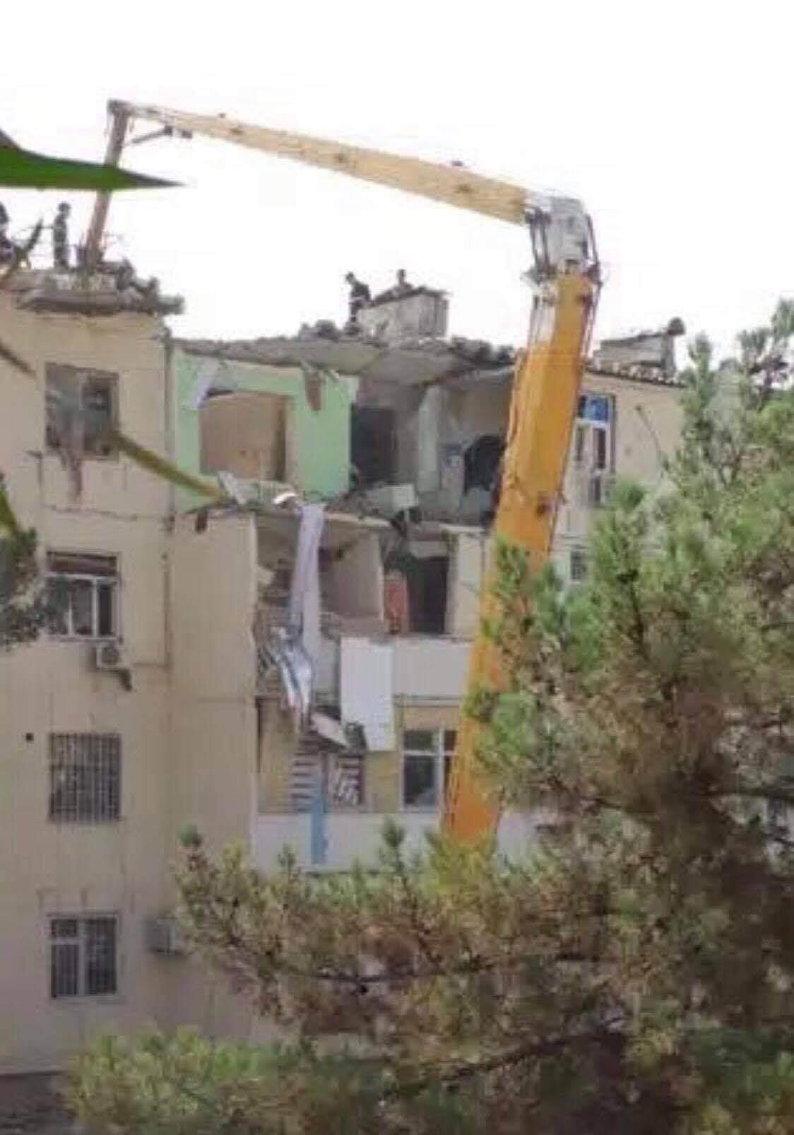 В Ашхабаде в результате взрыва бытового газа частично обрушился подъезд жилого дома. Есть жертвы