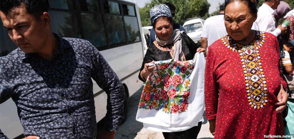 Алат нам в помощь! Из-за ограничений туркмены возят в Узбекистан штучный товар на продажу