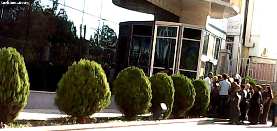 Банки Туркменистана замедляют процесс конвертации и перевода денег