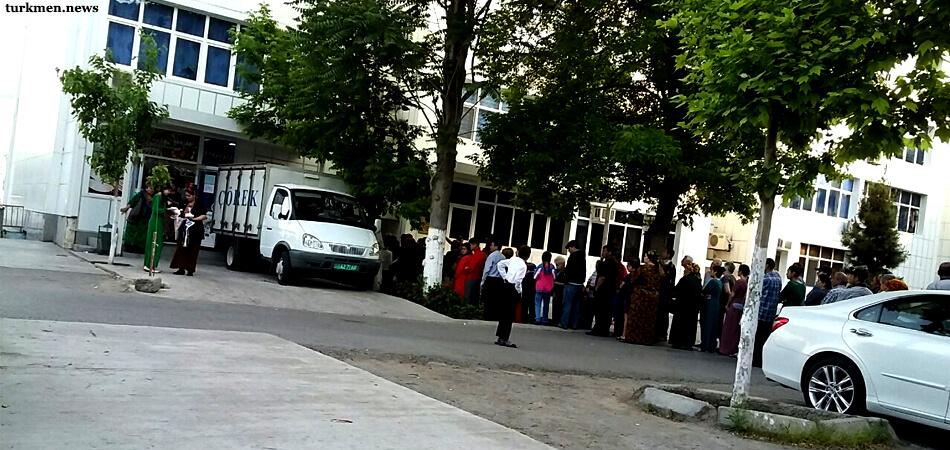 Ашхабад: Очереди перед магазинами прячут все глубже во дворы