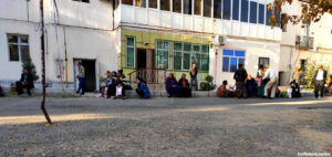В Ашхабаде сотни людей стоят за визой в Узбекистан; власти Туркменистана пытаются сдержать поток «туристов»