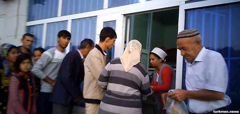 Голод настает? Туркменистан переходит на продажу основных продуктов питания по прописке