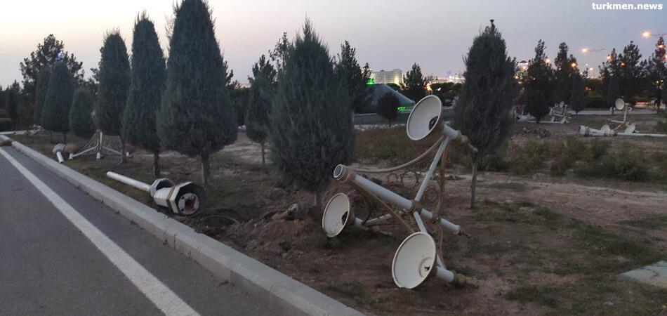 После рекомендаций президента в ашхабадском парке меняют фонари