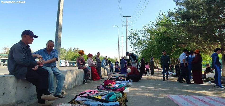 Туркменистан: Бедность заставляет людей одеваться на барахолках