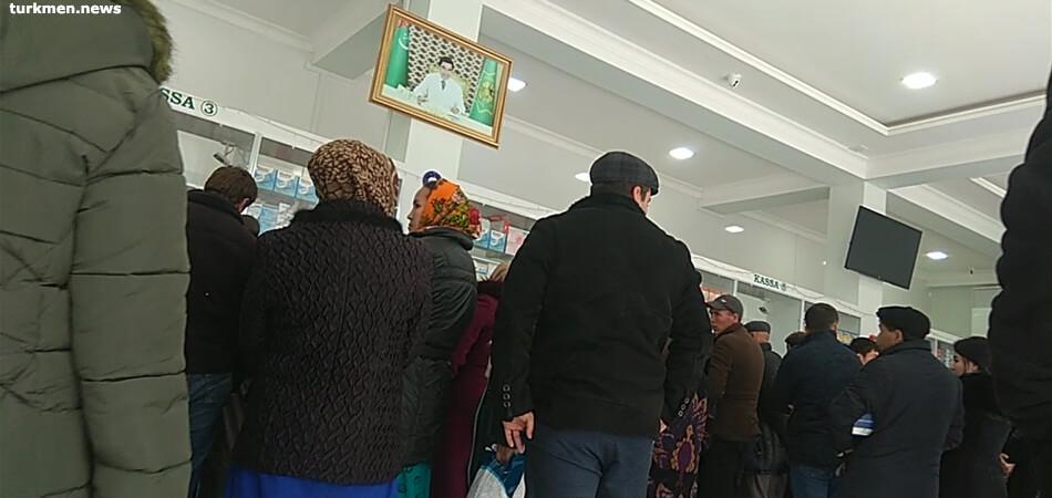 Аптекарей в Туркменистане уличили в махинациях с безналичной оплатой