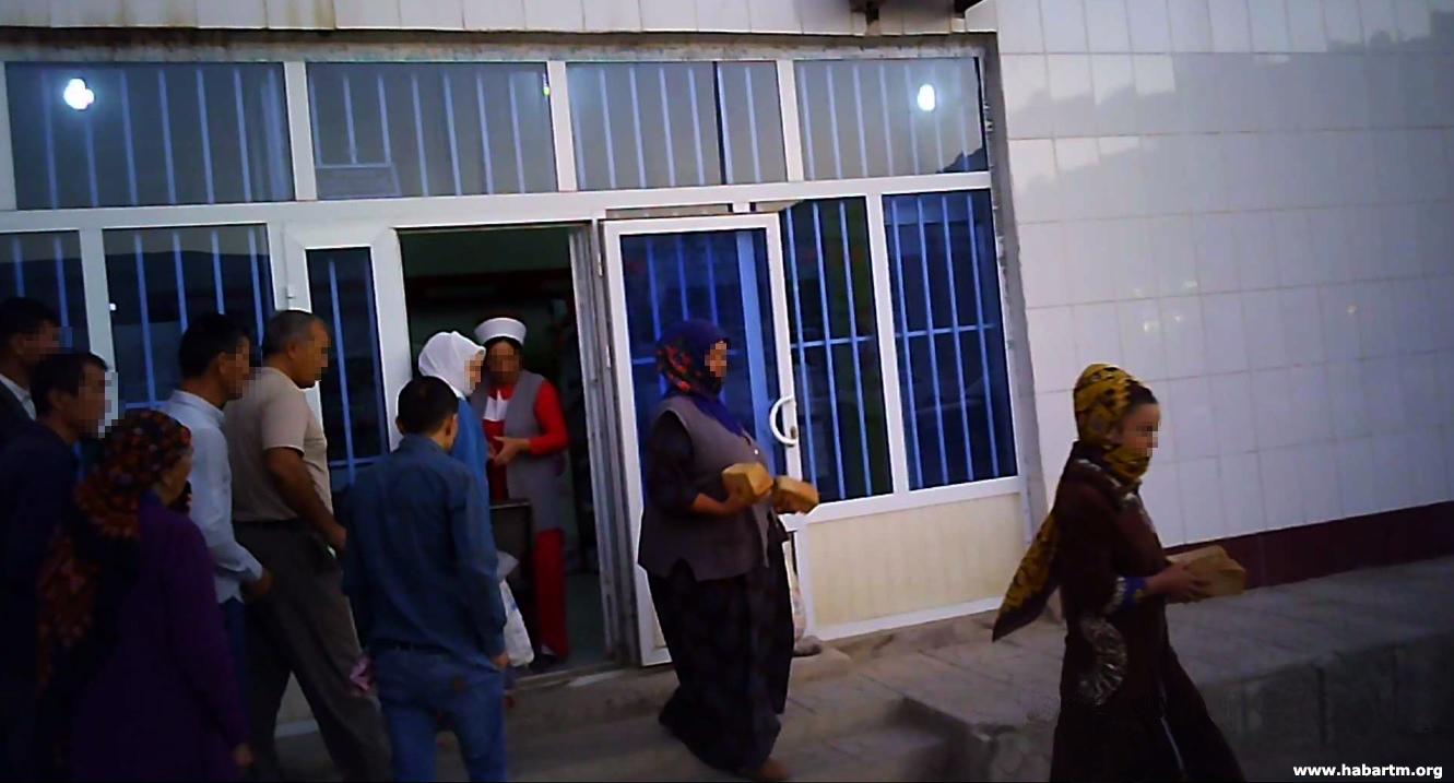 В Дашогузе женщину избили за попытку сфотографировать очередь