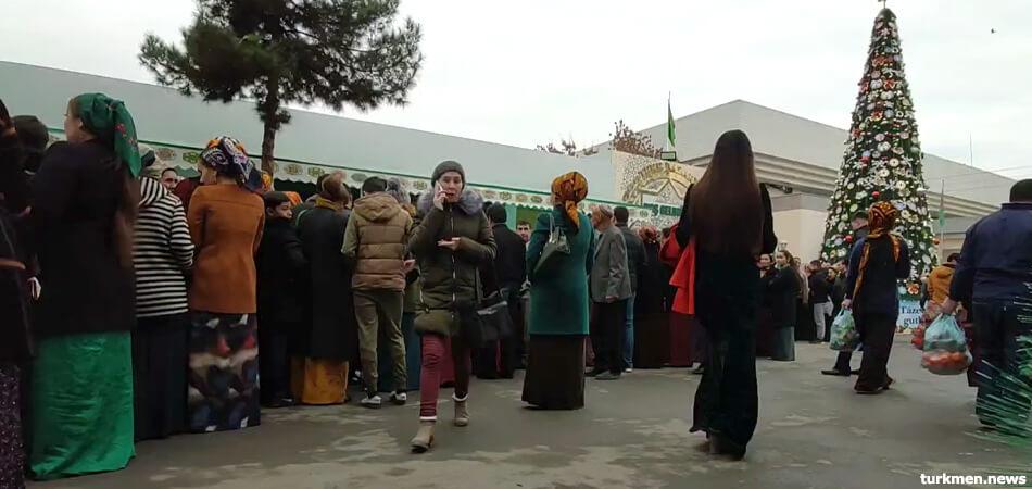 В Туркменбаши разобрали подготовленную к Новому году елку