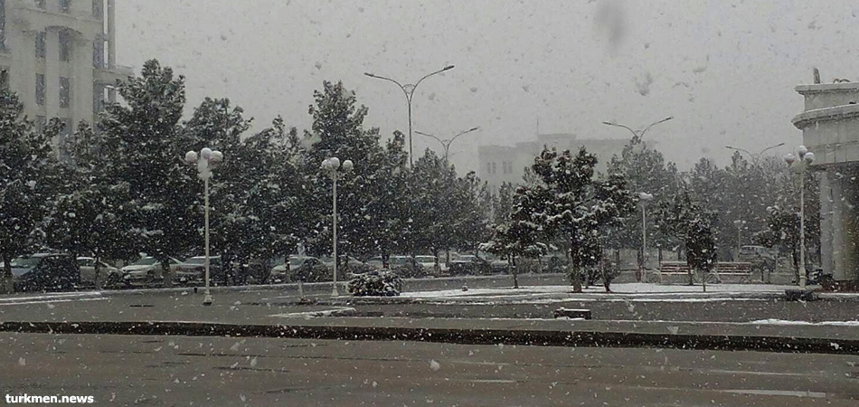 Выпавший в Ашхабаде снег застал местные власти и коммунальные службы врасплох
