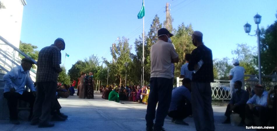 Туркменистан привозит десятки тонн манатов, но перед банкоматами сохраняются очереди