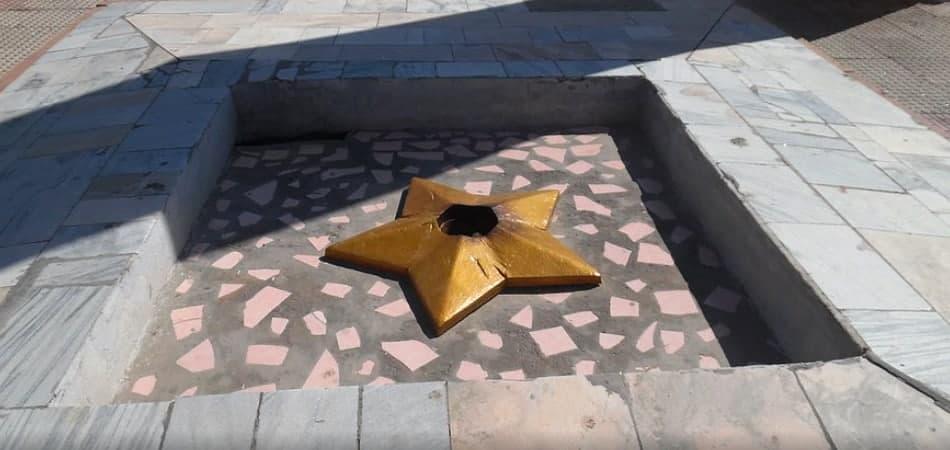 Не вечный огонь. В Дашогузе возложили цветы к памятнику с давно потушенным огнем