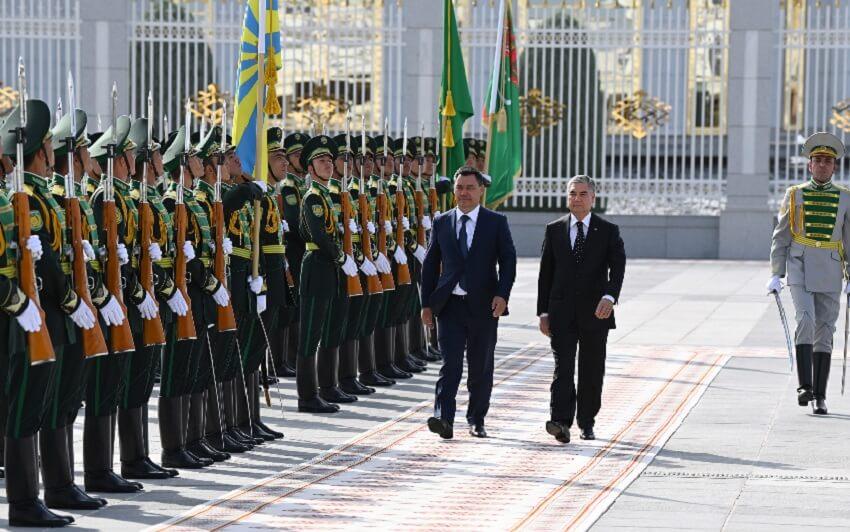 Президент Кыргызстана посетил мавзолей Ниязова и встретился с Бердымухамедовым