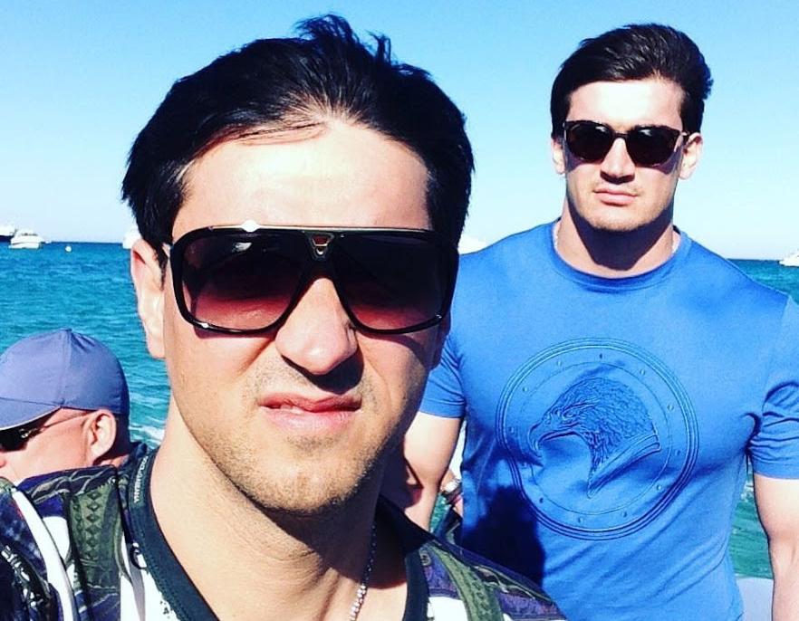 Хаджимурат Реджепов (слева) фотографируется со своим братом Шамуратом. Фото: Хаджимурат Реджепов/Instagram