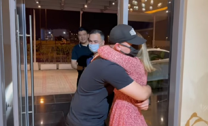 Сыну туркменской поп-звезды пришлось лететь в ОАЭ из третьей страны ради встречи с матерью